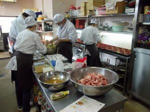 お弁当の調理風景